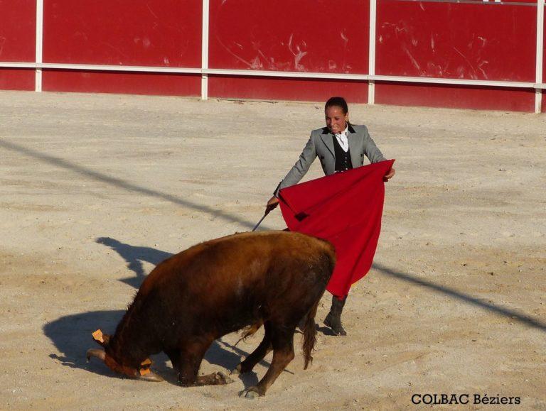 une femme une cape et une vache