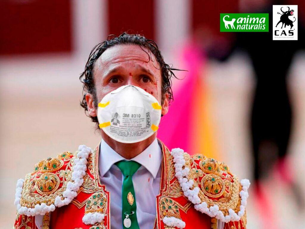 un homme matador avec un masque