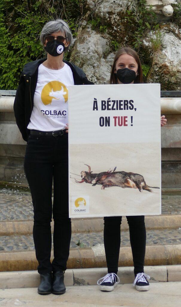 2 personnes dont une tient une pancarte