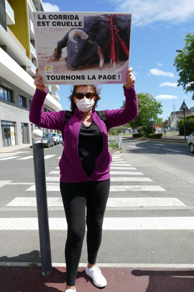 une femme et une pancarte