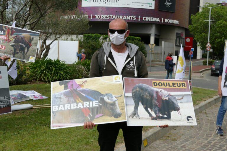 un homme tient 2 pancartes