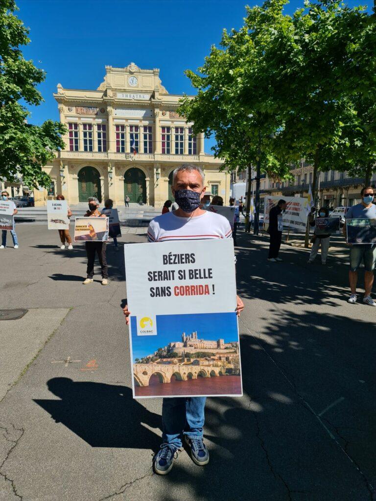 un homme tient une pancarte